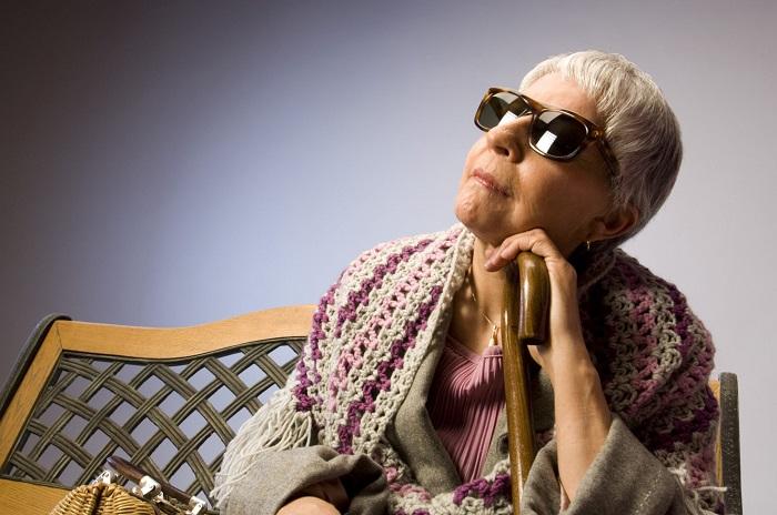 бабушка плохо видит